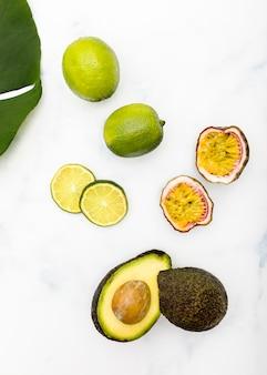 Vue de dessus des moitiés de fruits d'été tropicaux