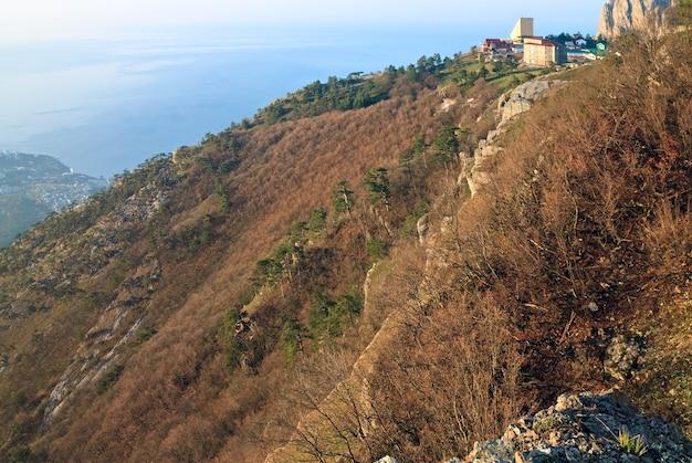 Vue de dessus de la montagne aj-petri à l'aube (crimée, ukraine)