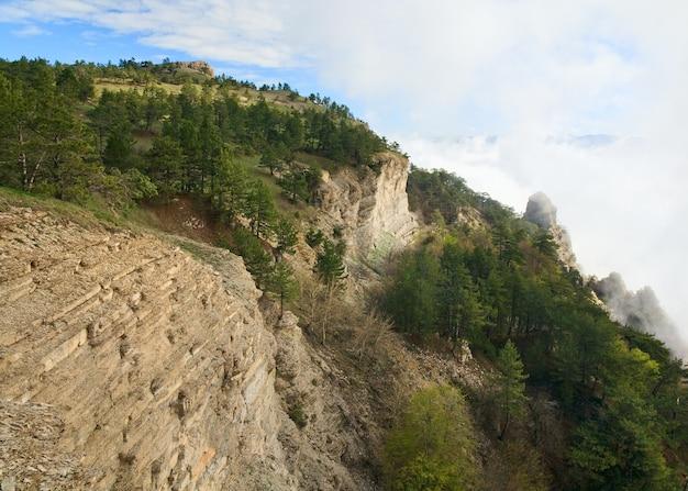 Vue de dessus de la montagne aj-petri nuageux (crimée, ukraine)