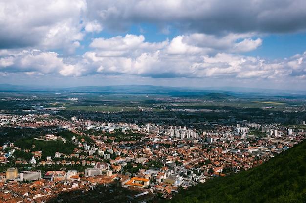 Vue de dessus d'une montagne sur la ville de brasov, roumanie