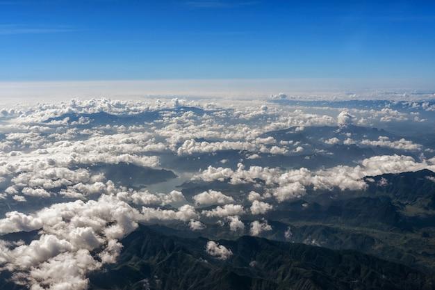 Vue de dessus des montagnes avec rivière et nuages.