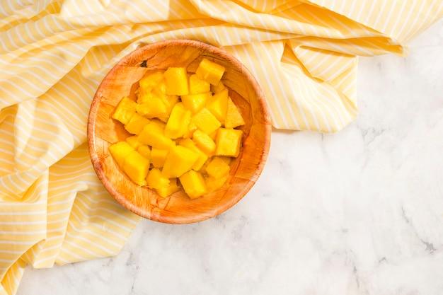 Vue de dessus des morceaux d'ananas dans un bol