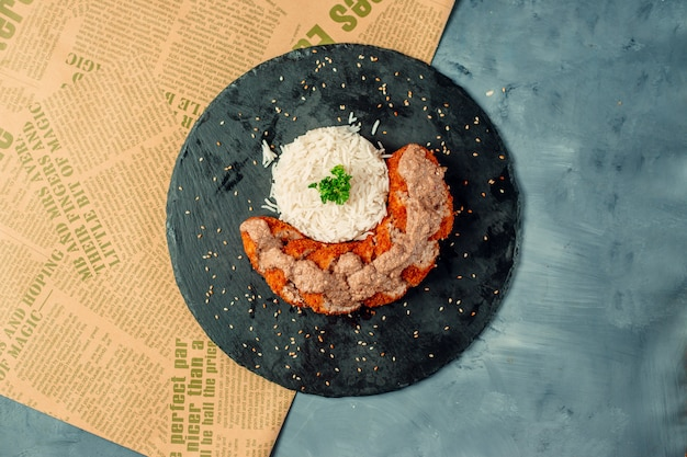 Vue de dessus des morceaux de croquettes de poulet croustillant avec sauce et servi avec du riz