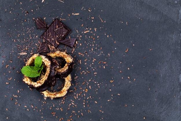 Vue de dessus sur des morceaux de gâteau au chocolat et chocolat à la menthe