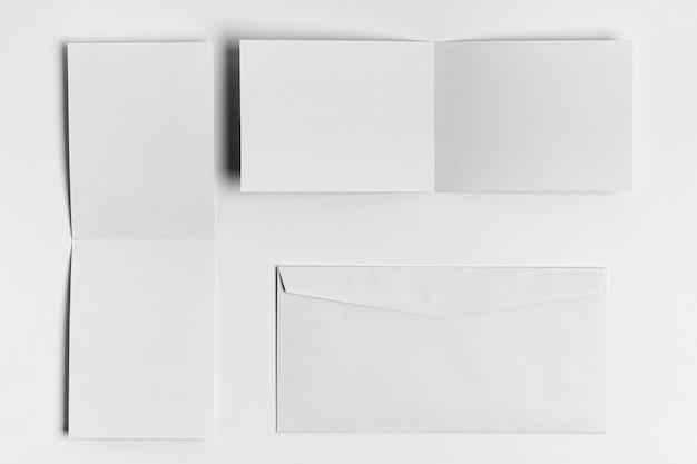 Vue de dessus des morceaux de papier et enveloppe