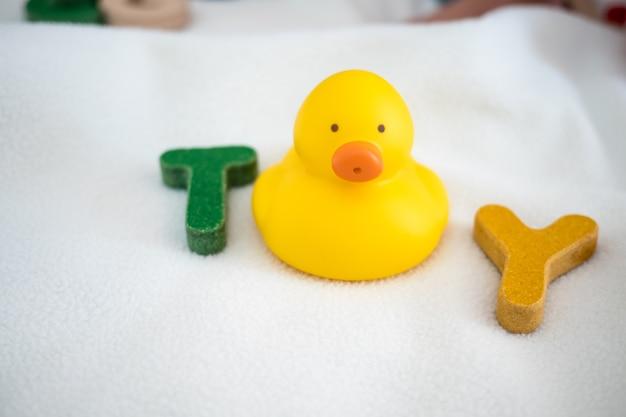 Vue de dessus de mot en bois jouet texte sur couverture avec fond de kid et copie espace