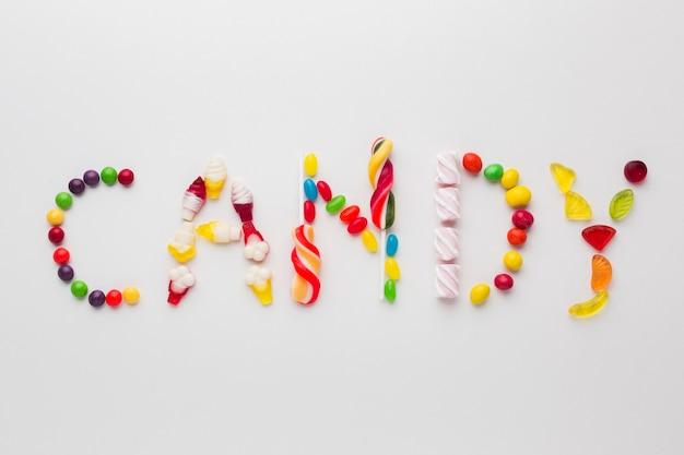 Vue de dessus mot de bonbons écrit avec des bonbons