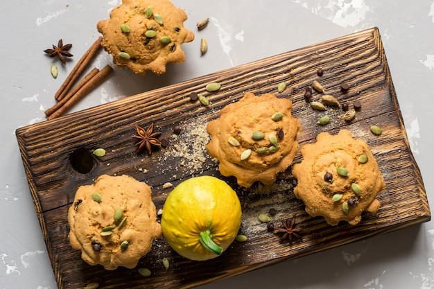 Vue de dessus des muffins à la citrouille avec des épices, des gouttes de chocolat et des graines de citrouille