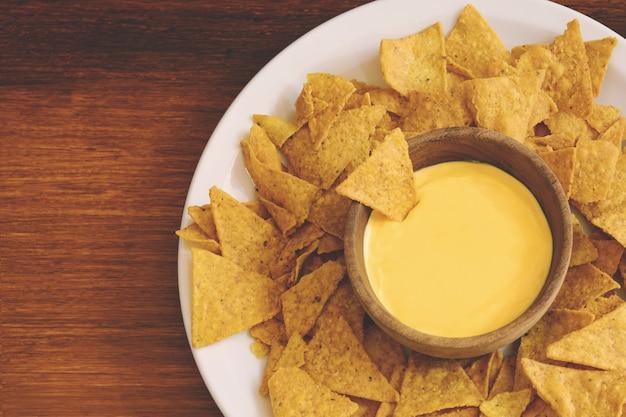 Vue de dessus des nachos avec trempette au fromage
