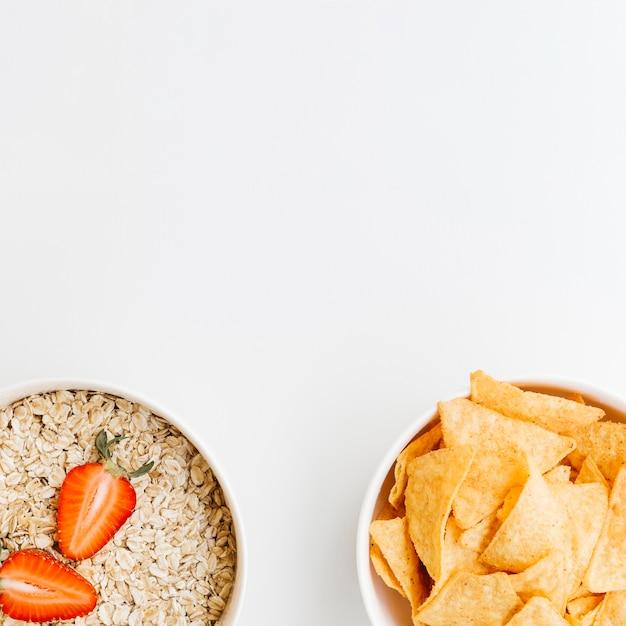 Vue de dessus nachos vs flocons d'avoine