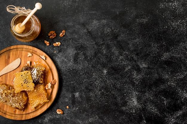 Vue de dessus nid d'abeilles avec pot de miel