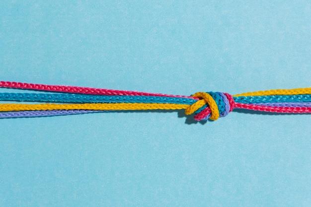 Vue de dessus noeud coloré sur fond bleu