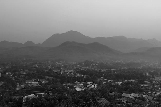 Vue de dessus noir et blanc de lao, paysage, montagne, village