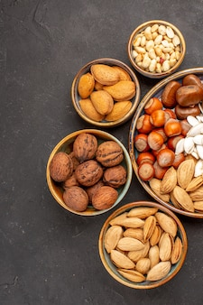 Vue de dessus des noix, des arachides et d'autres noix sur une surface sombre