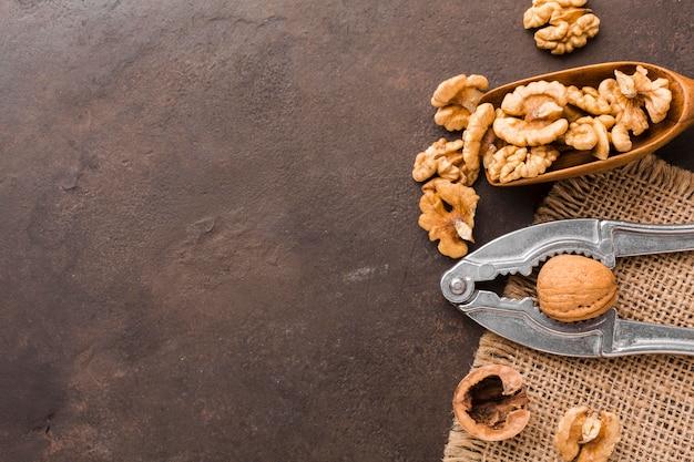 Vue de dessus des noix avec casse-noix