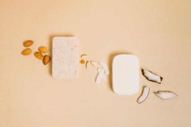 Vue de dessus de la noix de coco avec des barres de savon bio aux amandes