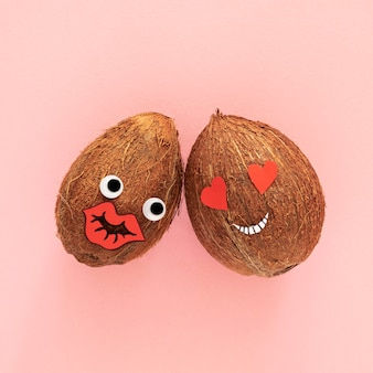 Vue de dessus des noix de coco sur fond rose