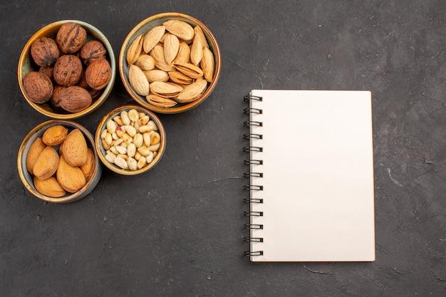 Vue de dessus des noix de composition de noix et autres noix sur une surface grise
