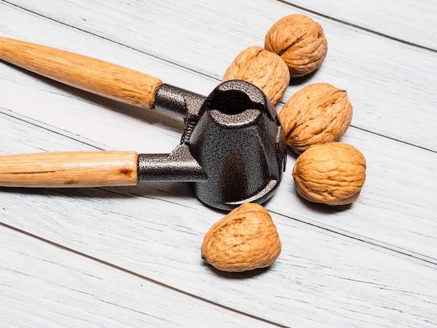 Vue de dessus des noix avec un craquelin de noix sur une surface en bois