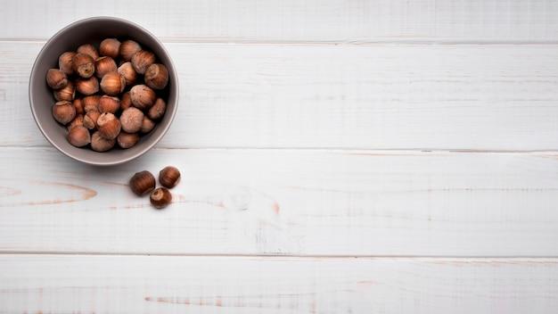 Vue de dessus des noix dans un bol avec espace copie