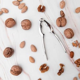 Vue de dessus des noix et du casse-noix