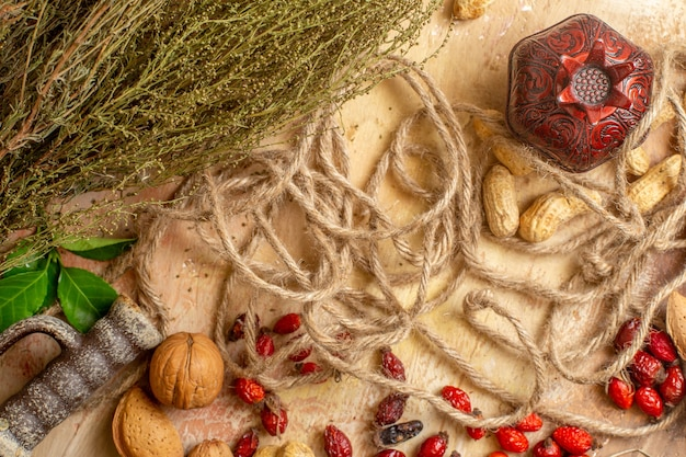 Vue de dessus des noix fraîches bordées sur un bureau en bois
