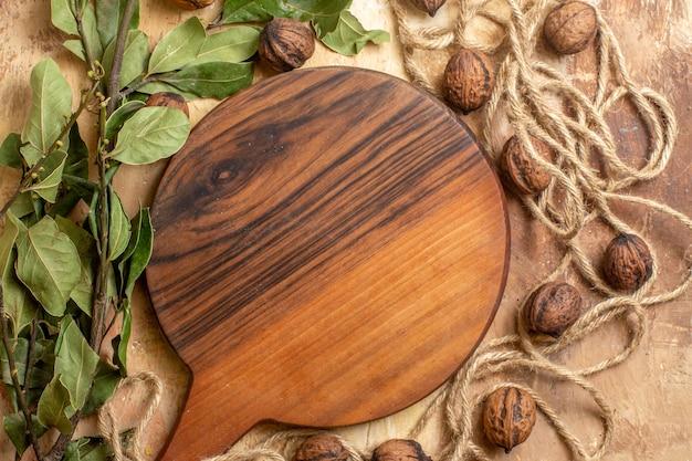 Vue de dessus des noix fraîches avec des feuilles vertes