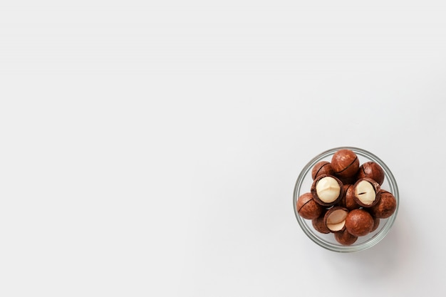 Vue de dessus des noix de macadamia avec copie espace sur fond gris