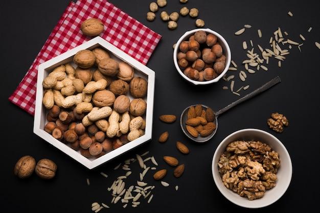 Vue de dessus des noix mélangées dans des bols