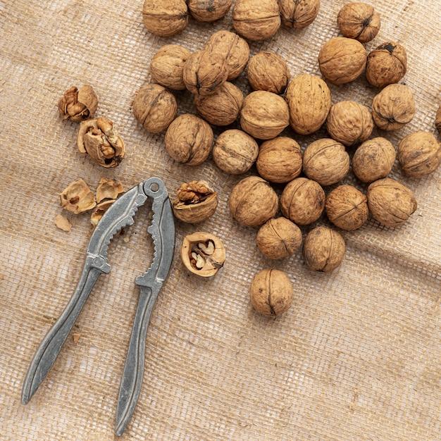 Vue de dessus des noix sur la toile de jute avec cracker