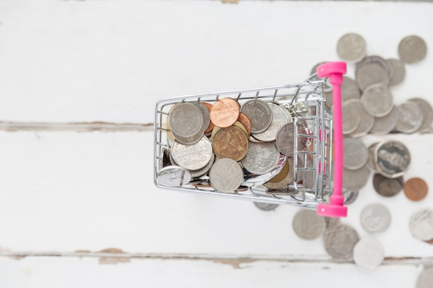Vue de dessus de nombreuses pièces de monnaie dans le mini-caddie