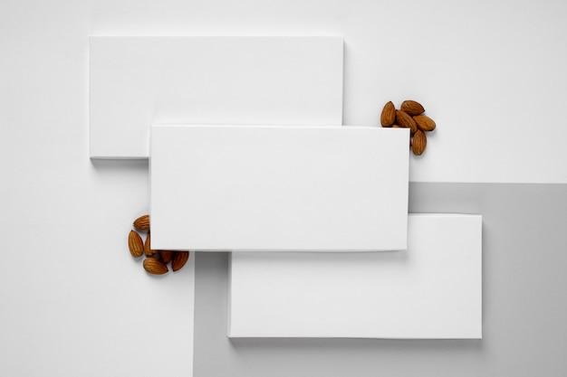 Vue de dessus de nombreux emballages de barres de chocolat avec des noix
