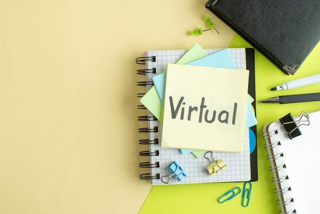 Vue de dessus note écrite virtuelle avec des autocollants et bloc-notes sur fond de couleur cahier couleur salaire emploi bureau collège école argent