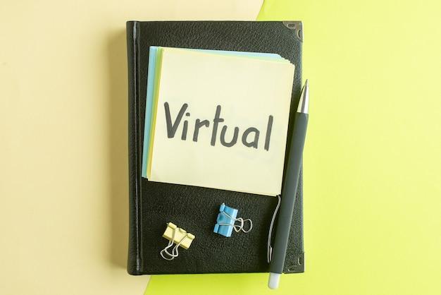 Vue de dessus note écrite virtuelle avec bloc-notes noir et stylo sur fond vert cahier salaire emploi bureau de l'école couleur affaires collège