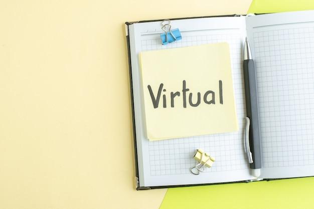Vue de dessus note écrite virtuelle avec bloc-notes et stylo sur fond vert cahier salaire emploi école bureau couleur affaires collège