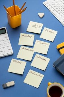 Vue de dessus des notes autocollantes avec liste de tâches