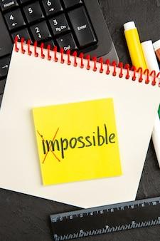 Vue de dessus notes de motivation avec clavier et crayons sur la surface sombre stylo cahier photo écriture scolaire couleur inspirer le bloc-notes