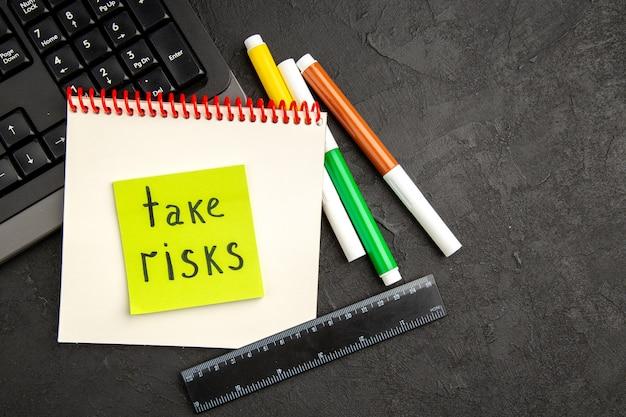 Vue de dessus notes de motivation avec clavier et crayons sur surface sombre stylo photo bloc-notes cahier d'écriture école couleur inspirer