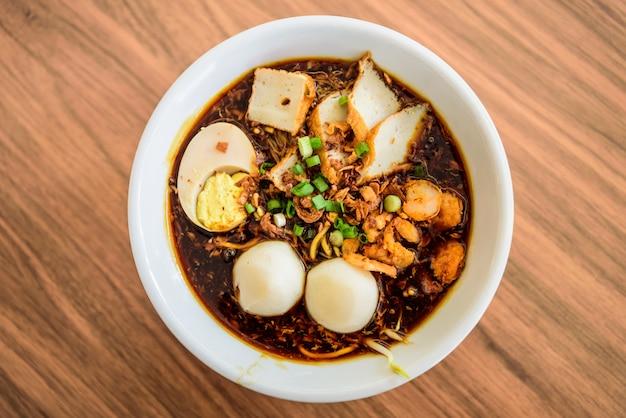 Vue de dessus de la nouille chinoise, une célèbre malaisie.