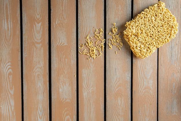 Vue de dessus des nouilles instantanées crues