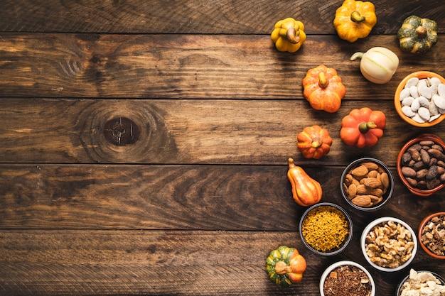 Vue de dessus de nourriture avec des céréales et des légumes