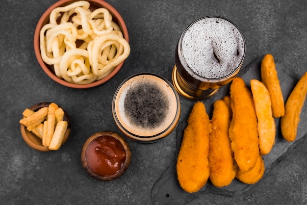Vue de dessus de la nourriture délicieuse et du verre à bière