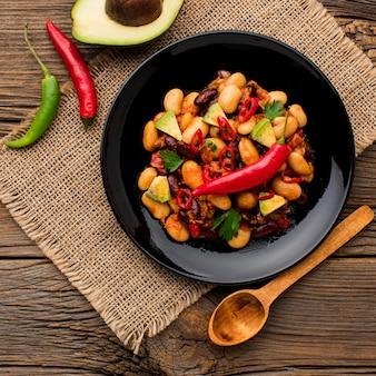 Vue de dessus de la nourriture mexicaine fraîche sur une assiette