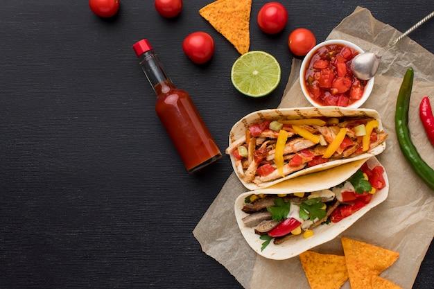 Vue de dessus de la nourriture mexicaine fraîche avec des nachos