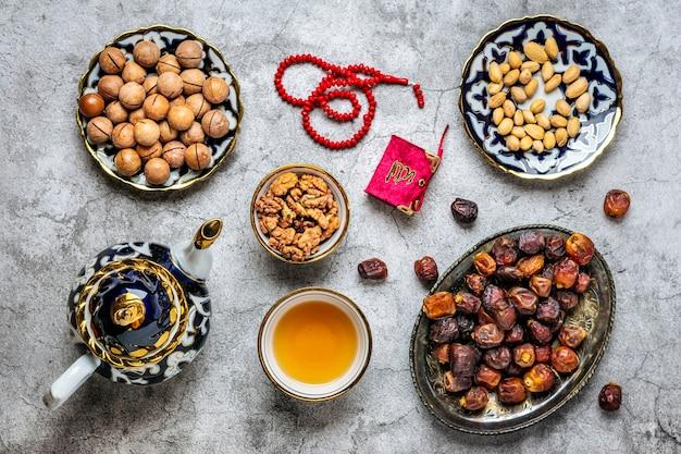 Vue de dessus de la nourriture populaire pendant le ramadan sur fond de béton