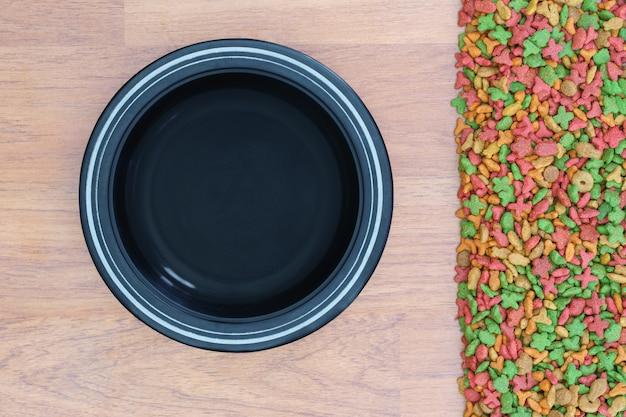 Vue de dessus de la nourriture sèche pour chat et chien avec bol vide