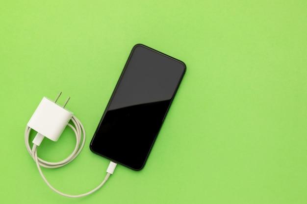 Vue de dessus nouveau smartphone avec chargeur blanc