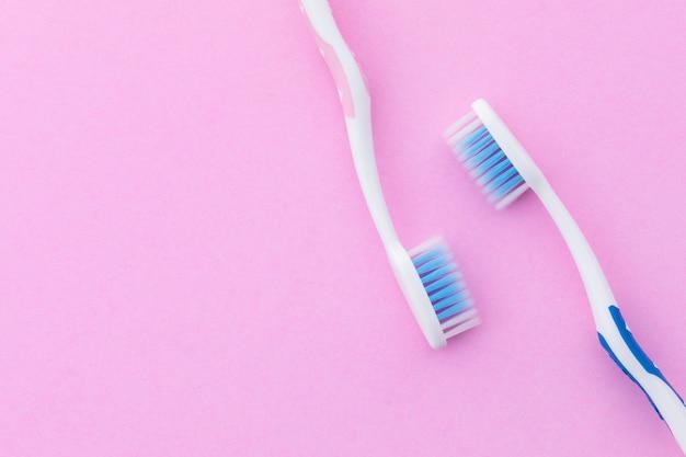 Vue de dessus nouvelle brosse à dents rose et bleu.