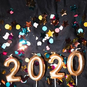 Vue de dessus numéro de nouvel an en forme de bougies