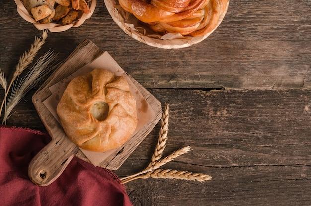 Vue de dessus o tarte frisée avec remplissage sur un fond en bois avec espace de copie